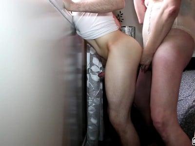 Twink bekommt es von Shemale Transsexual in den Arsch