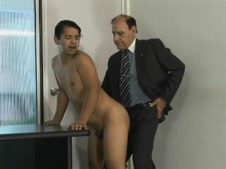 Der alte Chef bietet seinem Praktikanten einen Ausbildungsplatz an