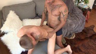 Der süße Twink Dylan Lucas wird bestraft von seinem Daddy Alexy Tyler