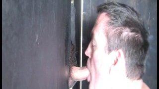 Hetero Kiwi mit dickem Arsch wird im Australischen Gloryhole geblasen