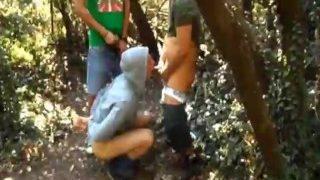 Ich filme unseren mit Handschellen gefesselten Freund im Wald beim fick