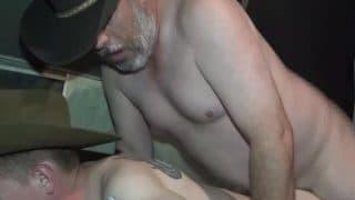 Cowboy Daddy fickt einen Twink der eigentlich nur eine Ranch-Hilfe ist