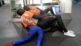 Der Surfende Orca buckelt sich mit einem Sexy Spiderman Dummy ab