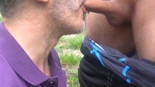 Dieser heiße Daddy trinkt die Pisse und das Sperma draußen (HD)