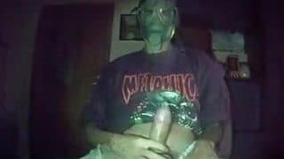 Ein junger Maskierter Twink mit einer Maske wichst sich geil durch