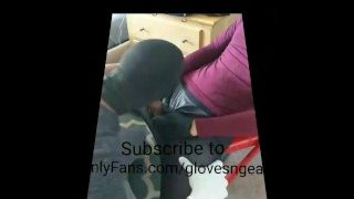 Ein Maskierter schwarzer Kerl, wichst beim Blowjob mit Handschuhen