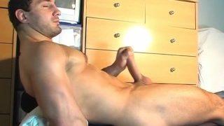 Ein notgeiler hetero Schwanz wird von einem schwulen Kerl gewichst