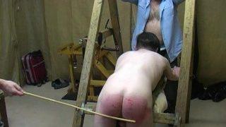 Dieser junge Twink bekommt von seinem Meister eine harte Prügelstrafe
