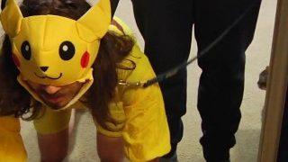 Pikachu Halloween Gamer wird im Cosplay an die Leine genommen